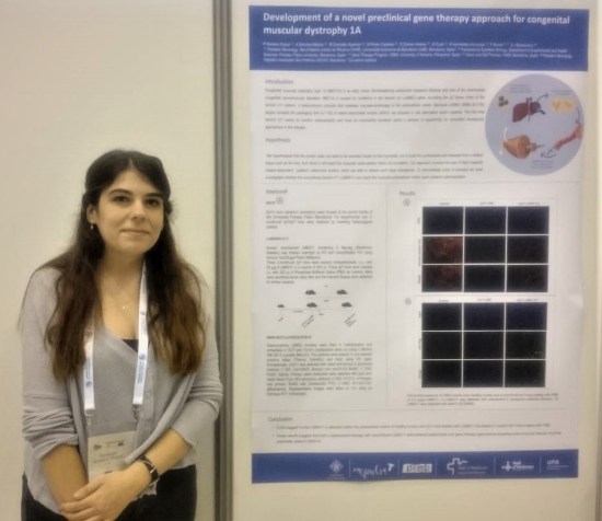 Penélope presents the poster with the information.
